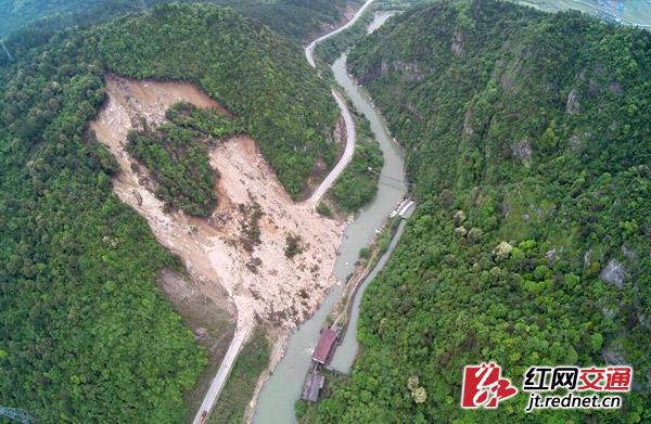 4月18日深夜、19日凌晨,受连日强降雨影响,106国道炎陵水口镇大风垅路段连续2次发生山体大坍塌,造成106国道交通中断。目前塌方路段正在加紧处治。