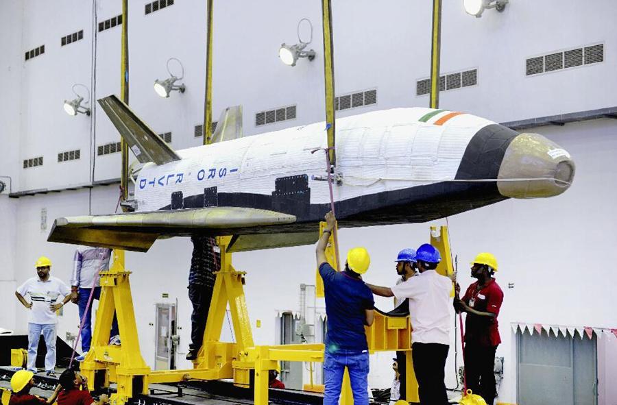 印度发射首架航天飞机缩比模型