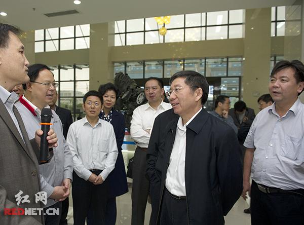 中国航空发动机集团董事长曹建国(右二)到长沙高开区调研,向湖南华曙高科技有限责任公司负责人了解公司情况。湖南省副省长张剑飞(左二)陪同调研。