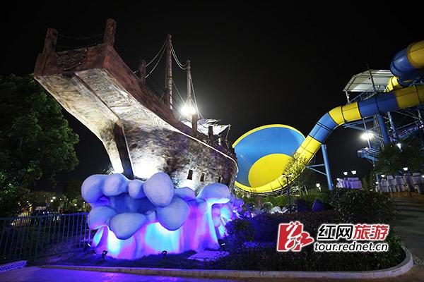 夜间的常德欢乐水世界更显神秘和绚烂。今年夜场预计将于6月底开放,可一票通玩。景区供图