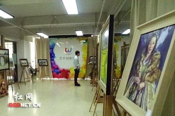 餐厅同时也是艺术创客品台,此为餐吧内的油画展。