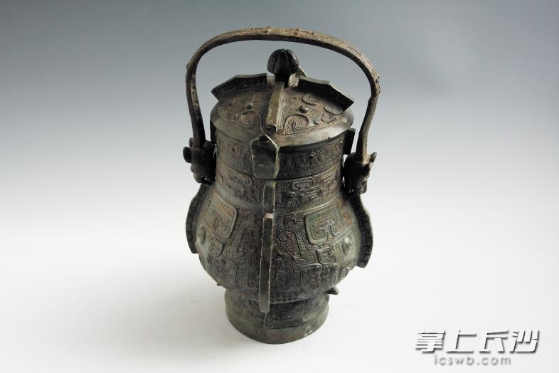 商兽面鸟纹提梁铜卣,国家一级文物。