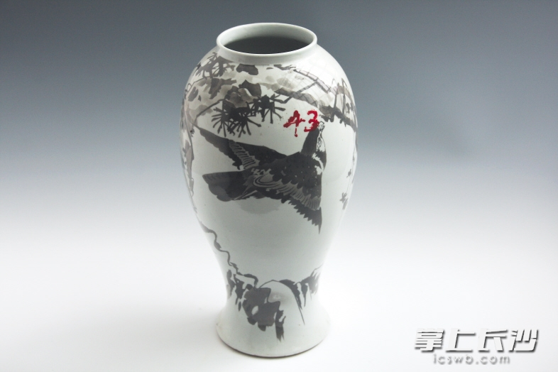 清宣统二年醴陵彩墨彩松鹰纹瓷瓶,国家二级文物。