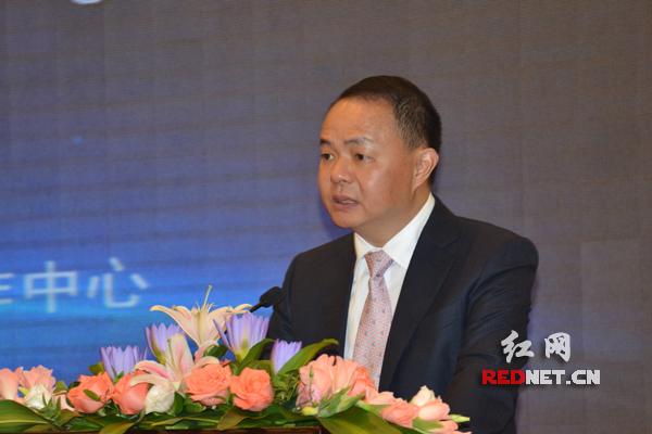 湖南省财政厅厅长郑建新发表讲话。