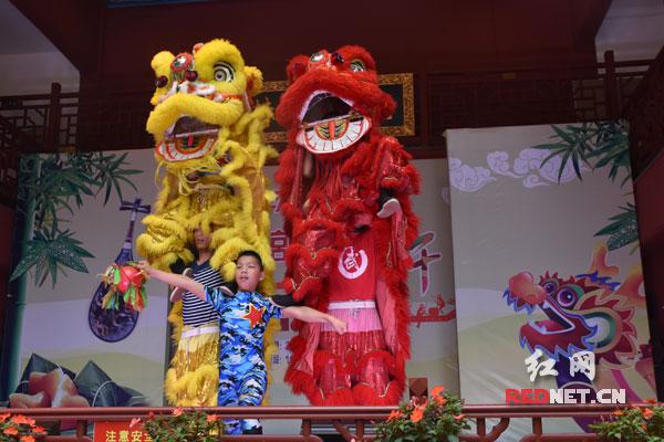 现场的包粽子活动吸引市民参与。