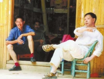 韩少功(右)与乡亲交谈。通讯员 摄