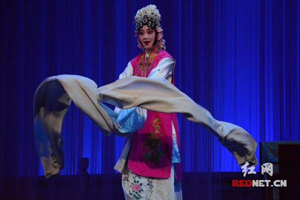 湖南艺术职业学院的师生在下午演出中表演了湘剧《活捉三郎》等八台戏。