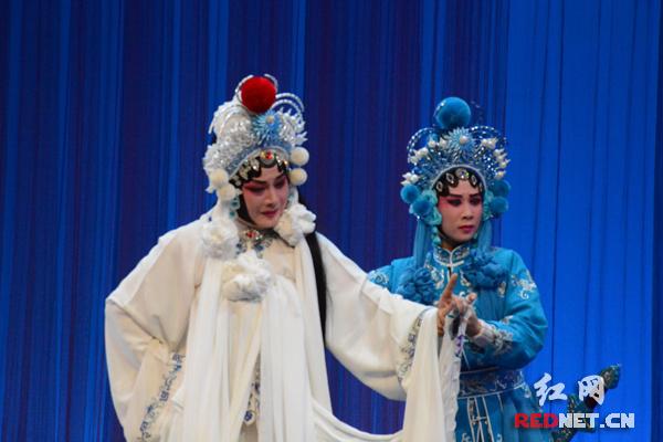 岳阳市巴陵戏传承研究院的传承人李源师徒在表演巴陵戏《断桥》。