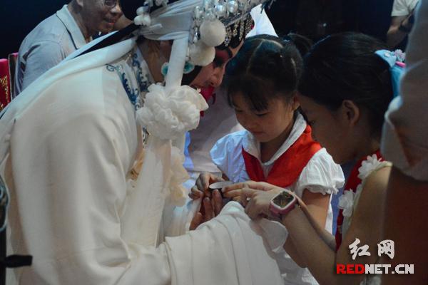 在演出环节,还举行了小小传承人拜师仪式。
