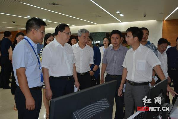 副省长张剑飞(左二)来到企业展位现场,详细了解相关情况。