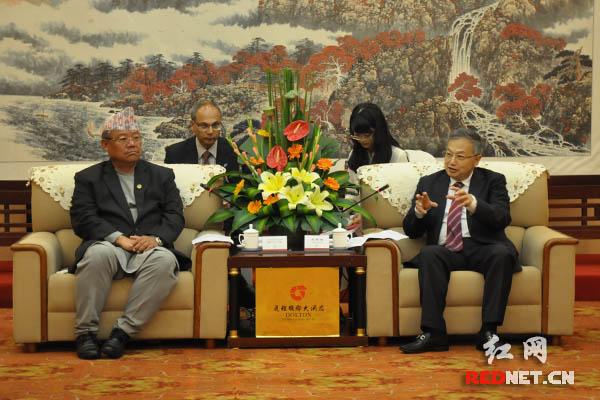 湖南省人大常委会副主任王柯敏(右)在长沙会见尼泊尔议会代表团一行,与尼泊尔议会立法会成员比斯玛·拉杰·安当彼(左)会谈。