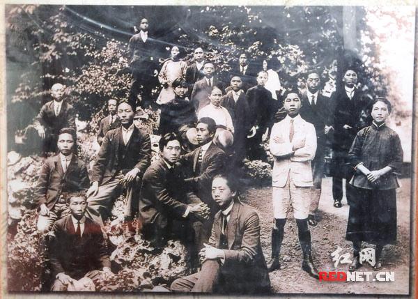 """1920年7月,留法的新民学会会员在法国蒙达尼聚会,讨论学会方针。经过5天激烈的讨论,一致赞同将学会方针确定为""""改造中国与世界""""。图为与会的新民学会会员合影。"""