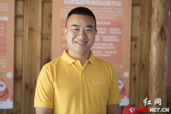 """五郎溪村级电商扶贫服务站负责人舒兴华,致力于解决五郎溪村""""三农""""问题。"""