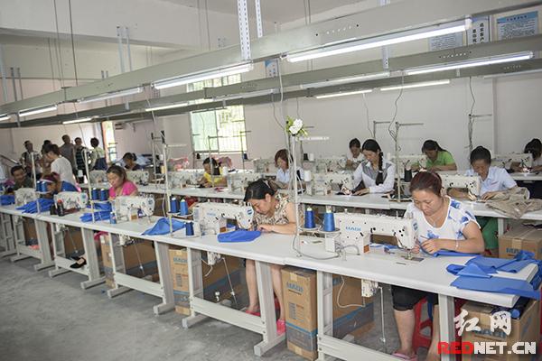 大多数女工现在并不和村支部书记田昌英谈工资,但是这是以后的现实问题,服装厂需要订单才能生存。