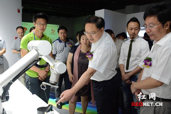 湖南省政府副省长张剑飞(右三),长沙市委副书记、市长胡衡华(右一)等参观研究院