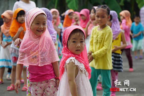 民族村幼儿园里的小朋友们