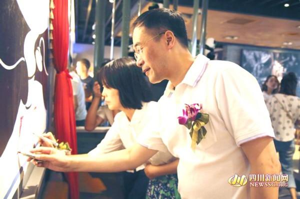 中国邮政郑总(男)与简途旅行曾总一起为熊猫餐厅落地点睛