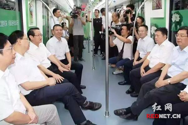 6月28日上午,湖南省和长沙市领导试乘长沙地铁1号线,共同见证长沙地铁1号线载客试运营。