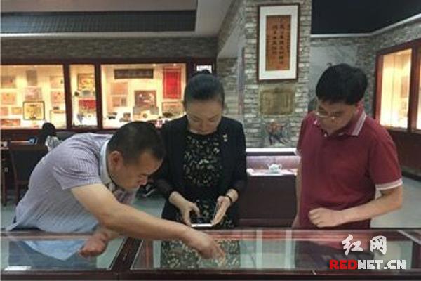《光辉历程红色记忆——纪念中国共产党成立95周年收藏展》正在湖南省文物总店展出,湖南省文化厅党组书记、厅长李晖(中)在观看展览。