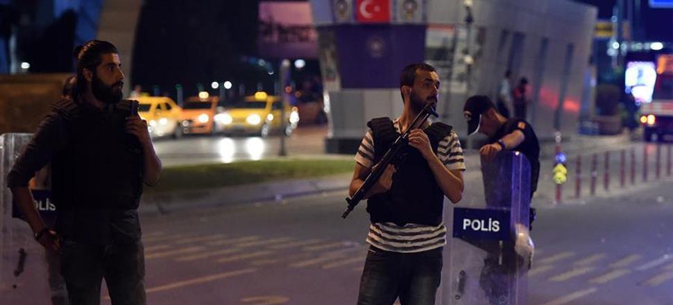 警察在土耳其伊斯坦布尔阿塔图尔克国际机场外值勤