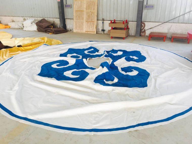 蒙古包外套是用白色帆布上缝制蒙古族特色花边制作而