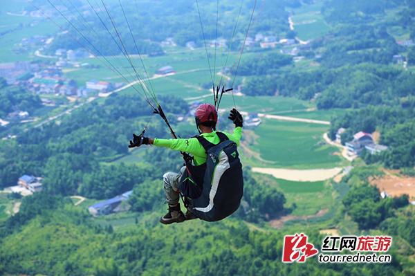 湖南规模最大滑翔伞赛开幕 博兵寨运动园开门