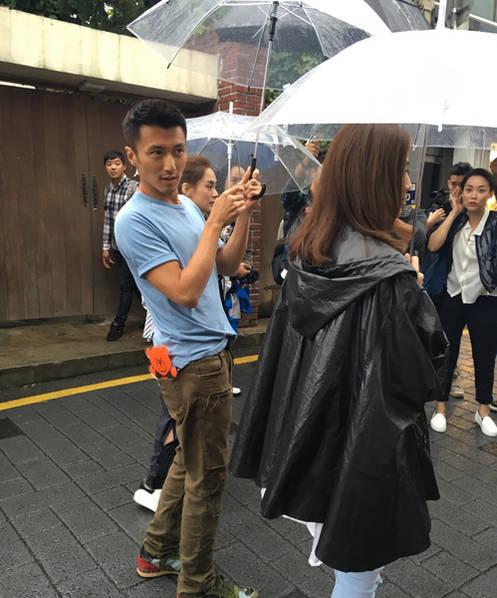 美食挡不住…谢霆锋冒雨带Twins韩国街头觅食