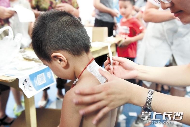 昨天在湖南中医附一门诊大厅,前来进行三伏贴的市民不少,有老人、孩子,也有年轻的亚健康群体。长沙晚报记者 石祯专 摄