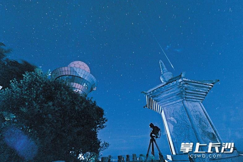 > 正文      昨晚10时,黑麋峰森林公园能见度较高,英仙座流星雨如约