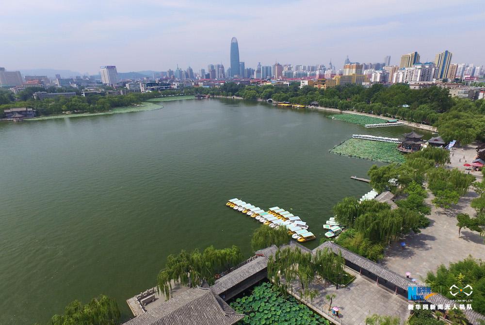"""图为航拍的济南大明湖,""""四面荷花三面柳,一城山色半城湖""""的景象"""
