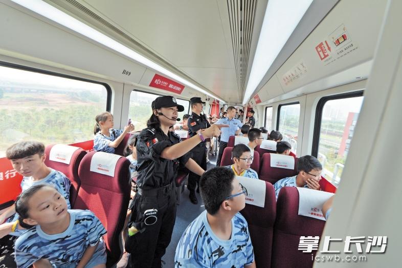 昨日,小朋友体验磁浮列车,在民警的介绍下了解磁浮安全运行情况。长沙晚报记者 李锋 摄