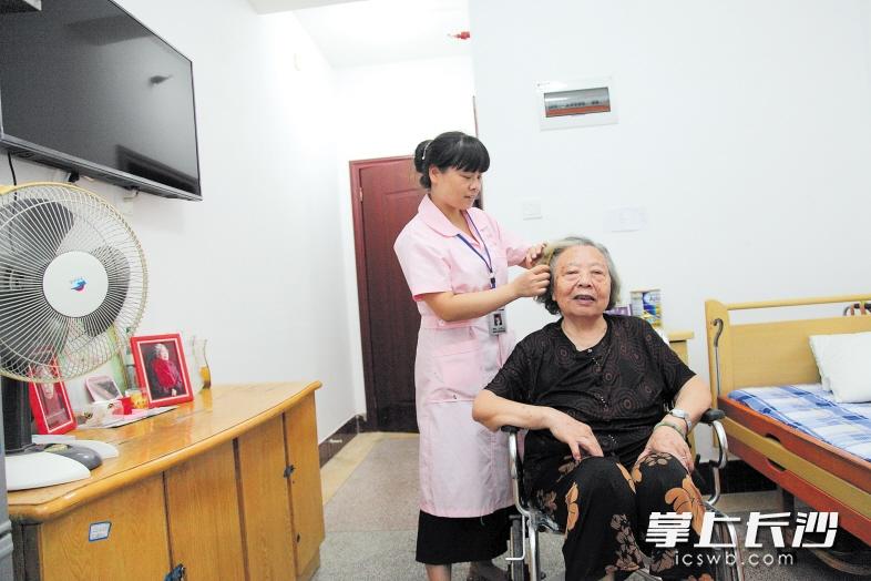 昨日下午,李淑华老人开心入住长沙市第一社会福利院。 长沙晚报记者 陈飞 摄