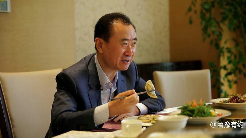 首富王健林的一天 携鲁豫同私人飞机出差吃万达食堂
