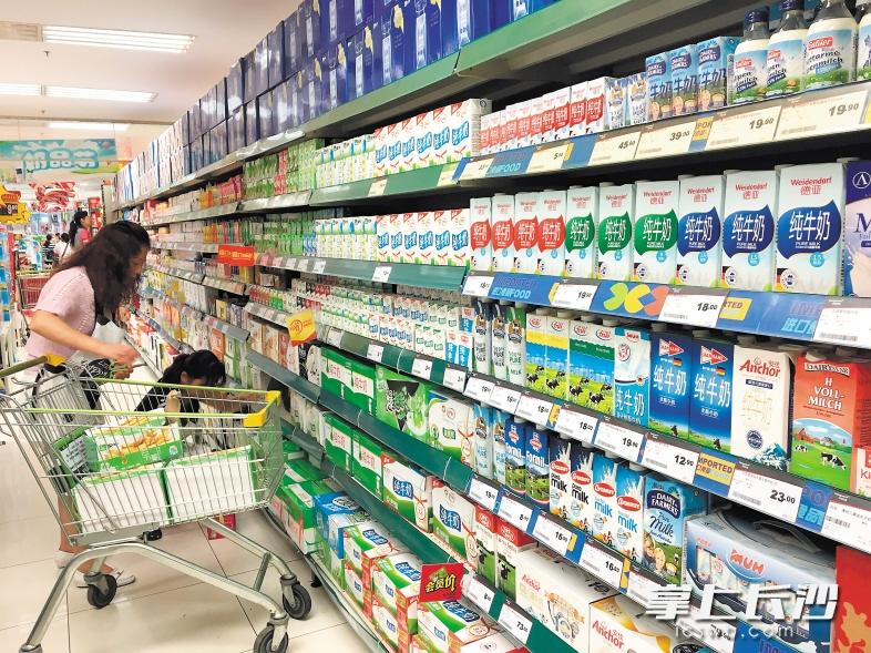 长沙各大超市牛奶区,进口牛奶几乎与国产奶平分秋色,占据货架重要位置。长沙晚报记者 李金 摄   长沙晚报记者 李金   这两年,进口牛奶越来越受国人欢迎,不仅网上卖得火热,超市货架也被其大举攻占。德国、澳洲、法国等主要产奶国的牛奶在长沙各大超市几乎均有销售。低脂、脱脂、全脂、巴氏奶诸多种类更是让人眼花缭乱。在国人迷信进口就是好的的风潮下,进口奶销售也节节攀升。但它真的更好吗?近日,国家认监委发布通告称,近期在抽检中发现多批次进口澳大利亚巴氏奶不合格,并下发通牒加强进口奶的监管。   市场   进口
