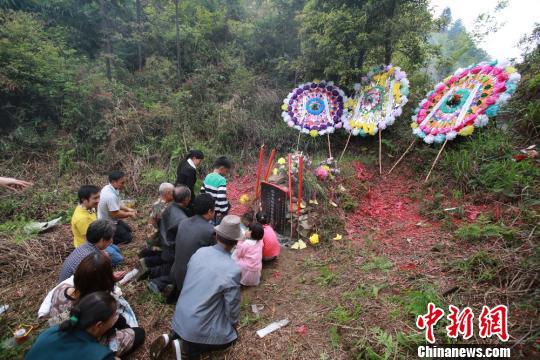 钟家人祭扫红军墓。安新志摄