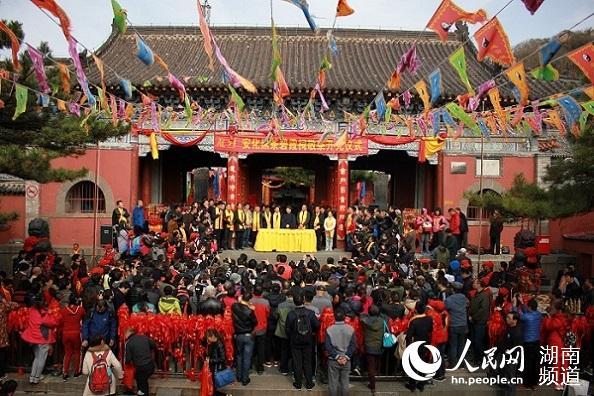 众多游客见证安化黑茶登泰山祈福