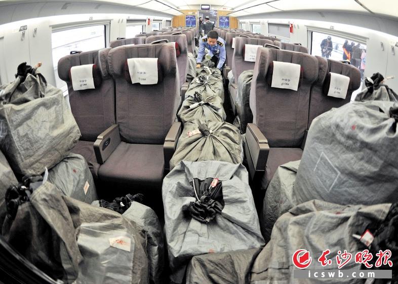 昨日下午,长沙火车南站工作人员将大量的快件货物运送至长沙南开往北京西的G506次列车上。长沙晚报记者 王志伟 摄