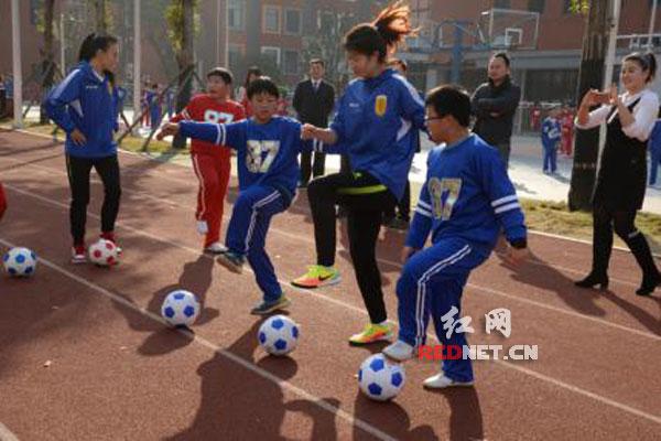 中国女足教案为麓山小学v教案国际足球队上课国脚步小学五拳图片