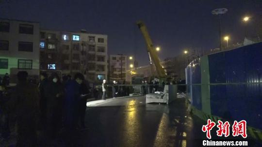 郑州一高架桥工地坍塌砸中公交车致1死8伤(组图)