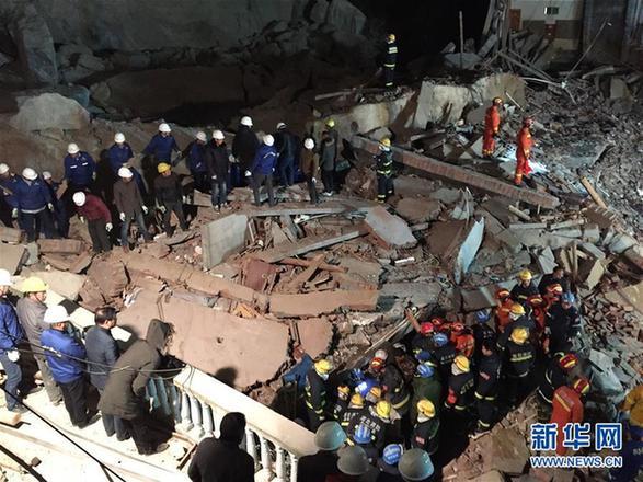 (突发事件)(2)湖北南漳一酒店后山山体突发滑坡