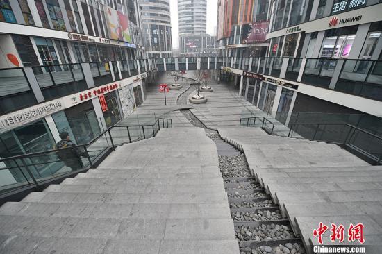 1月26日,三里屯购物中心不少店面已经关门。中新网记者 金硕 摄