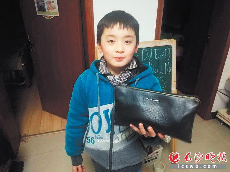 小鹏辉拾到钱包后主动寻找失主。陈先生供图