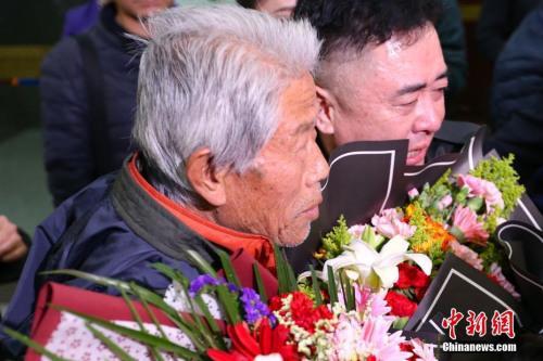 2月11日,王琪在亲人的陪伴下走出西安咸阳国际机场,回到阔别50余年的家乡陕西省咸阳市。1963年,25岁的中国士兵王琪因迷路误入印度,此后便一直不能离开印度,此一别就是54年。