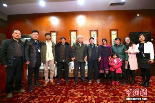 2月11日,滞留印度54年的中国老兵王琪抵陕,与亲友合影。张远 摄