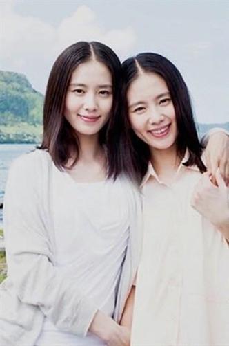 刘诗诗和她的替身,第一眼看过去两个人连发型都差不多,相似的程度达到百分之九十。
