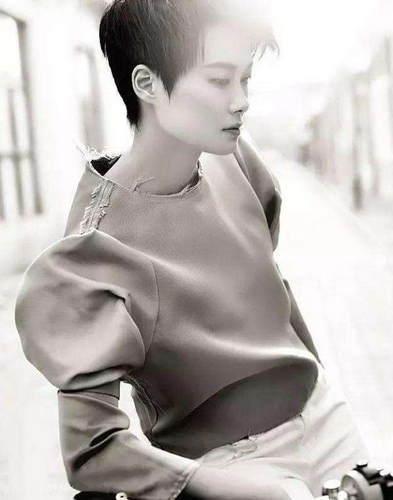 现在的李宇春已经今非昔比了,除了是很多品牌指定的代言人,还受到国际时装设计师Riccardo Tisci的邀请参加巴黎时装周