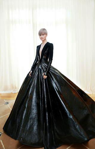 英国的著名设计师Gareth Pugh还为李宇春的演唱会设计服装,要知道这是他首次为亚洲歌手设计演唱会的服装。