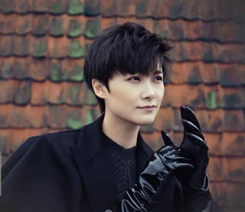 李宇春还辗转到电影圈中,和自己儿时的偶像刘德华,周润发等一起拍戏,在《澳门风云3》中,和各级别实力派老男神搭戏。