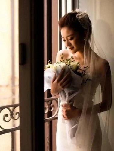 安以轩与丈夫的经济状况都不错,这对新人的婚纱照在意大利拍摄,大约花了100万元人民币,接下来的婚礼也可能是百万级别的