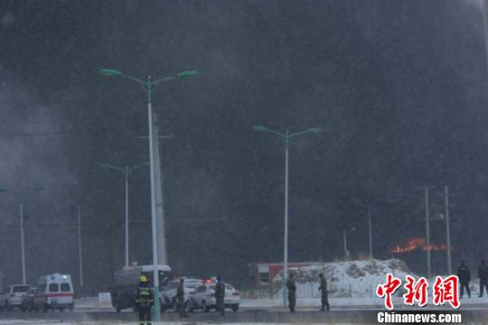 青海海北沥青厂内橡胶起火巨型浓烟笼罩厂房(图)